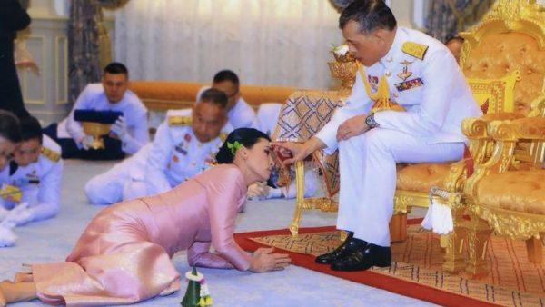 Подданные негодуют - Король Тайланда отправился на самоизоляцию в Баварию с 20 наложницами