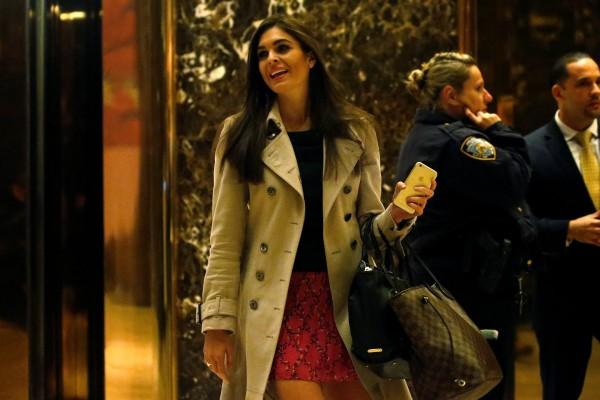 Кто она - Девушка, которая стоит за спиной Трампа и шепчет ему советы