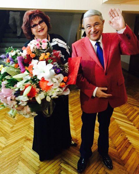 Елену Степаненко купает в любви молодой ухажер