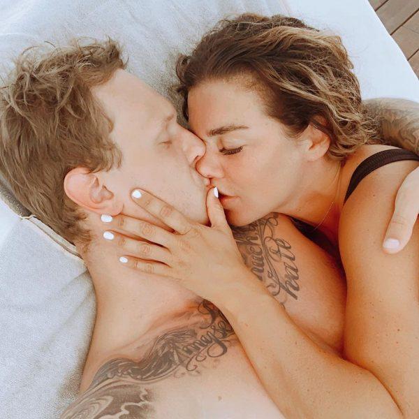 А он идет на поводу - Анна Седокова шокирует подписчиков пикантными фото с бойфрендом