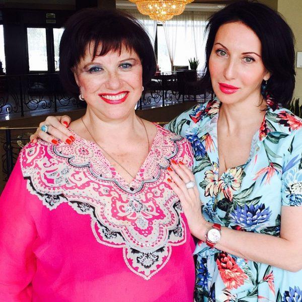 Романтично - Алика Смехова поздравит маму с днем рожденья серенадой под балконом