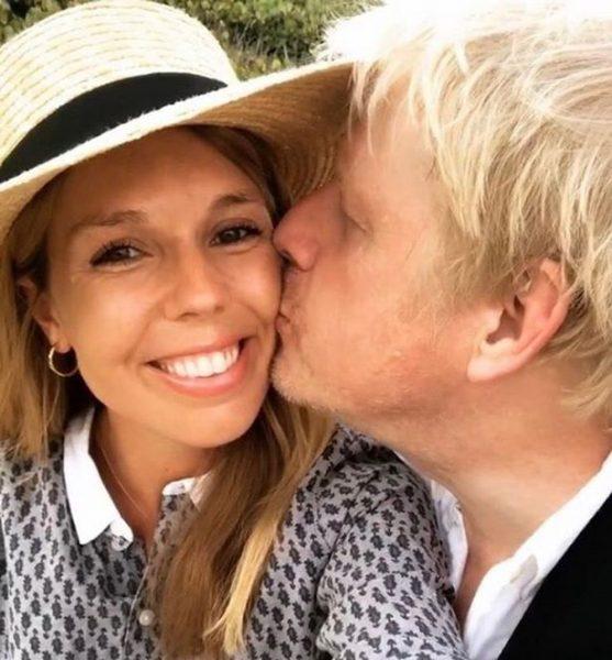 Влюбленно смотрит на Джонсона - Кэрри Саймондс спустя две недели после родов