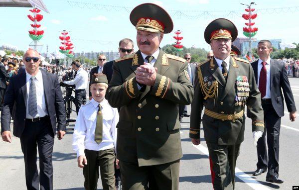 """""""Мы просто не могли иначе"""" - Лукашенко провел парад вопреки рекомендациям ВОЗ"""