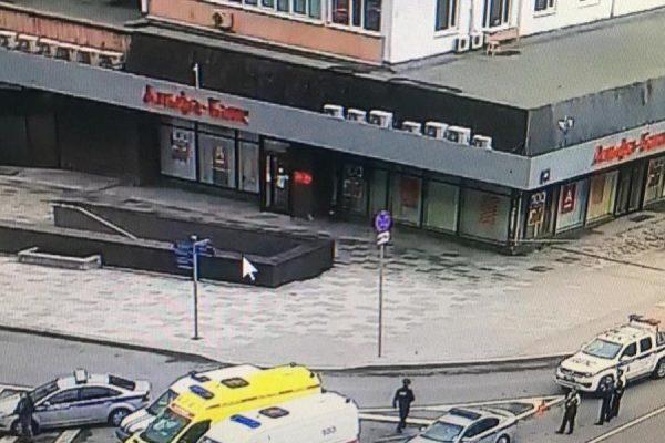 В центре Москвы неизвестный взял в заложники клиентов банка