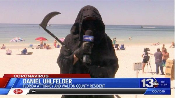 Мужчина в костюме Смерти пугает отдыхающих на пляжах
