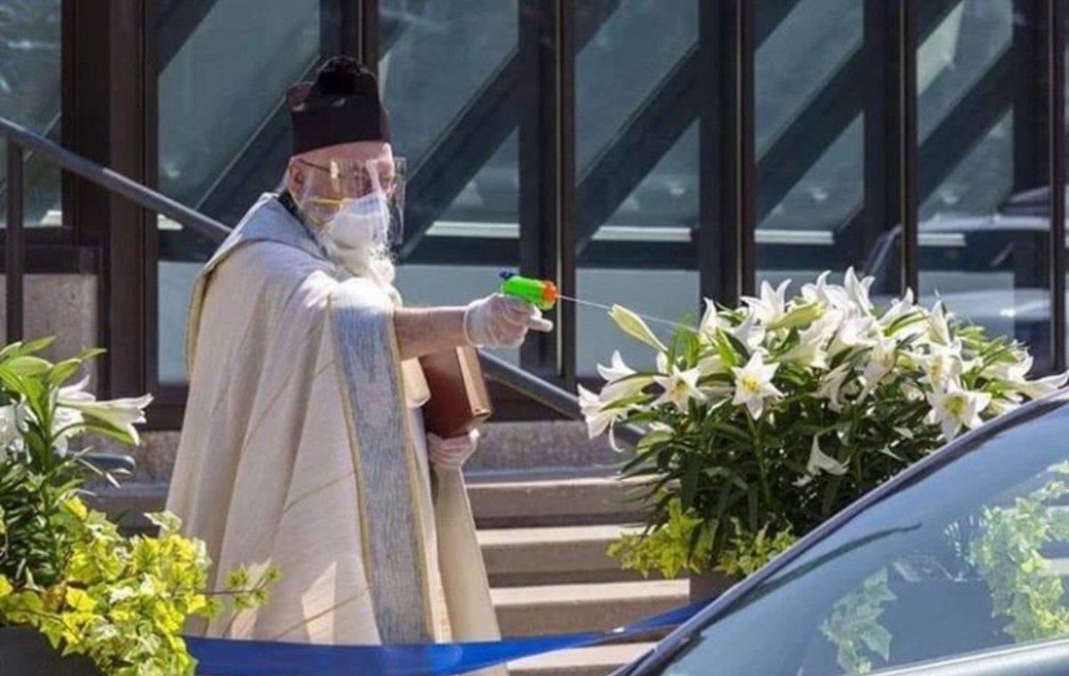 Вот какие они, современные священники: носят маски, сохраняют дистанцию и поливают святой водой из водяных пистолетиков