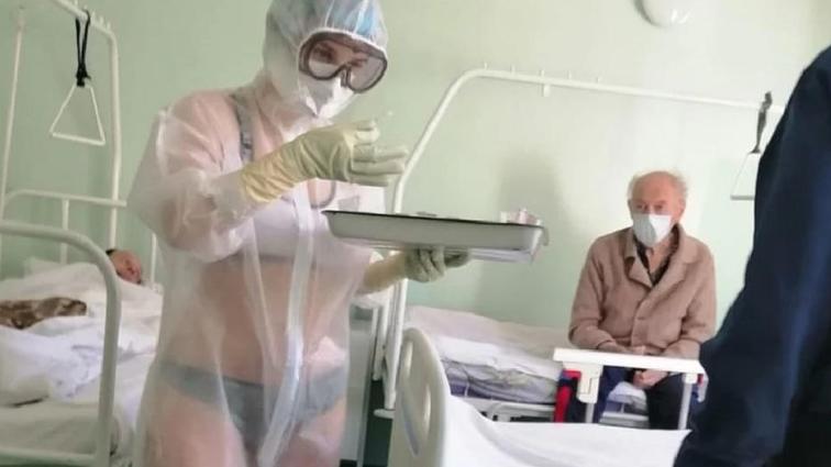 Тульская медсестра в прозрачном костюме порадовала больных, но начальство против