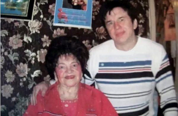 Дочь Александра Барыкина сбабушкой нездоровается. 92-летнюю женщину поддерживают друзья сына
