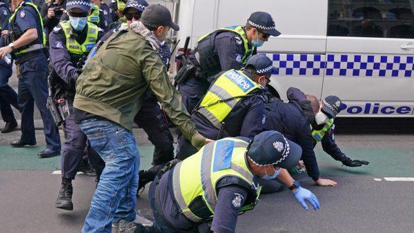 Демонстранты в Мельбурне требуют арестовать Билла Гейтса