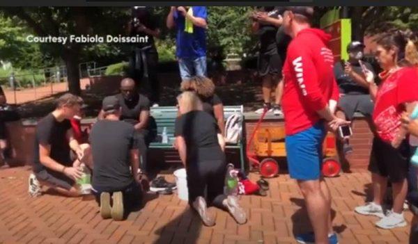 А воду почему не выпили? Полицейские в Сверной Каролине помыли ноги чернокожим