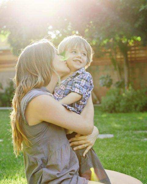 Алисия Сильверстоун принимает ванны вместе с 9-летним сыном: это нормально?