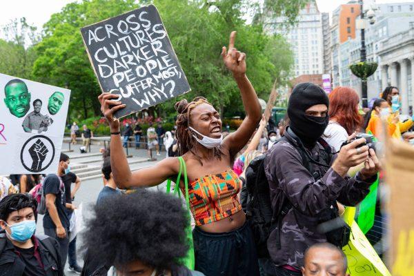 За протесты при локауте не наказывают, за барбекю во дворе - штрафуют