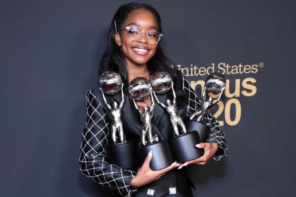 15-летняя темнокожая актриса сморкается в 100-долларовую купюру, показывая отношение к хейтерам