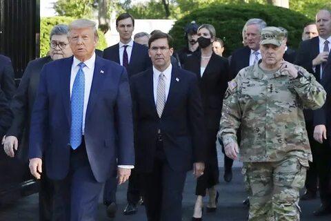 Похоже, Трампу не на кого больше надеяться - Главный генерал армии извинился за фото с президентом
