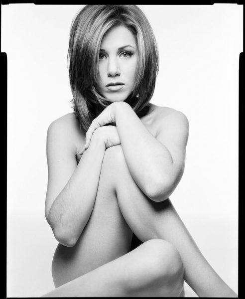 Чтобы побороть COVID-19, Дженнифер Энистон продает свои голые фотографии