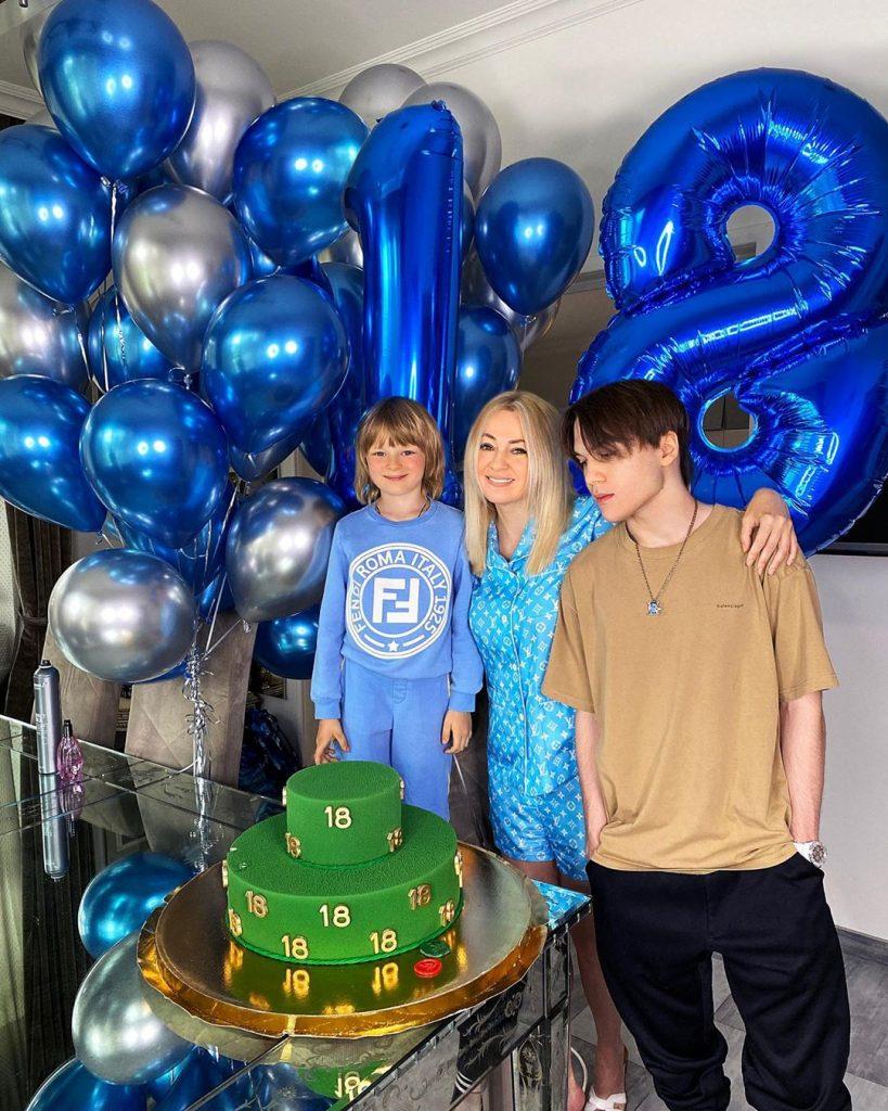 Яна Рудковская трогательно рассказала, что она своих детей не балует и тут же подарила сыну авто за 10 миллионов