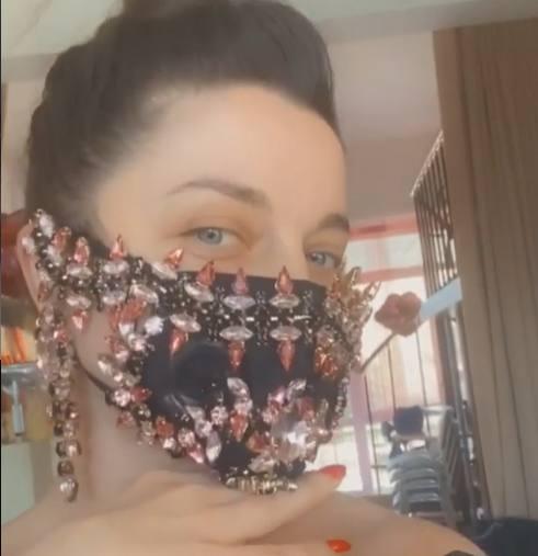 Наташка покупает маску за 350 тысяч, а потом ее муж жалуется на бедность: зажрались?
