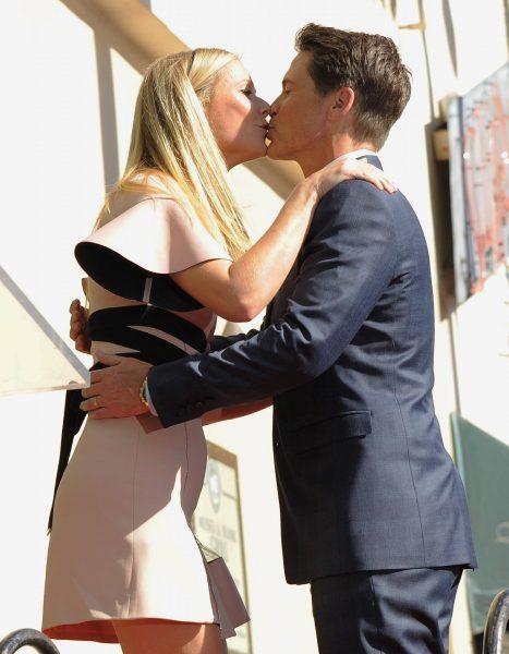 Гвинет Пэлтроу целует мужа своей секс-наставницы - Роба Лоу