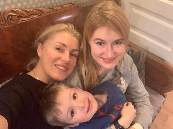 Маша Шукшина выглядит как молодая мама своему двухгодовалому внуку
