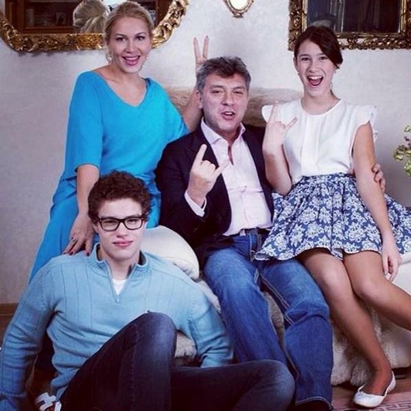Борис Немцов вместе с семьей на фотосессии