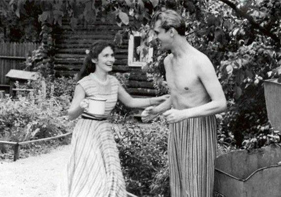 Совсем молодой Юрий Яковлев с супругой Кирой Мачульской на даче