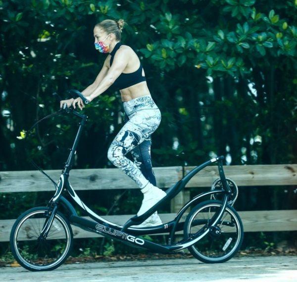 Дженнифер Лопес тренируется на эллиптическом велосипеде