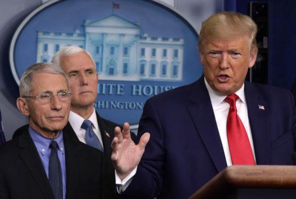 Белый дом все меньше доверяет доктору Фаучи
