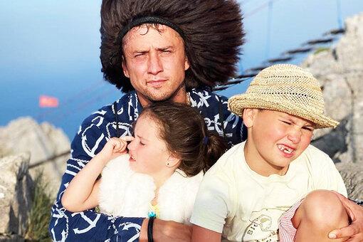 Павел Прилучный старается каждую минуту дарить детям радость