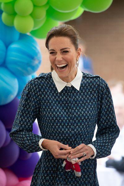 Кейт Миддлтон восхитила свежим видом в платье школьницы и полным игнором соцдистанцирования