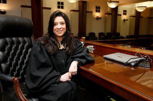 Окружной судья Эстер Салас совсем недавно стала вести дело Джеффри Эпштейна и Deutsche Bank