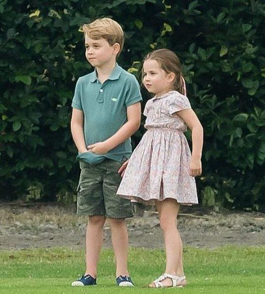 Принц Джордж и принцесса Шарлота гуляют