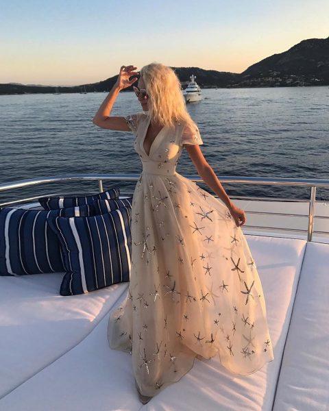 Яна Рудковская в новом платье запустила розыгрыш