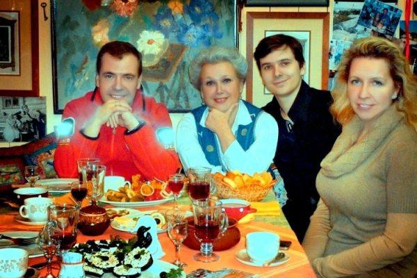 Когда у Медведева появляется свободное время, он старается провести его с самыми родными