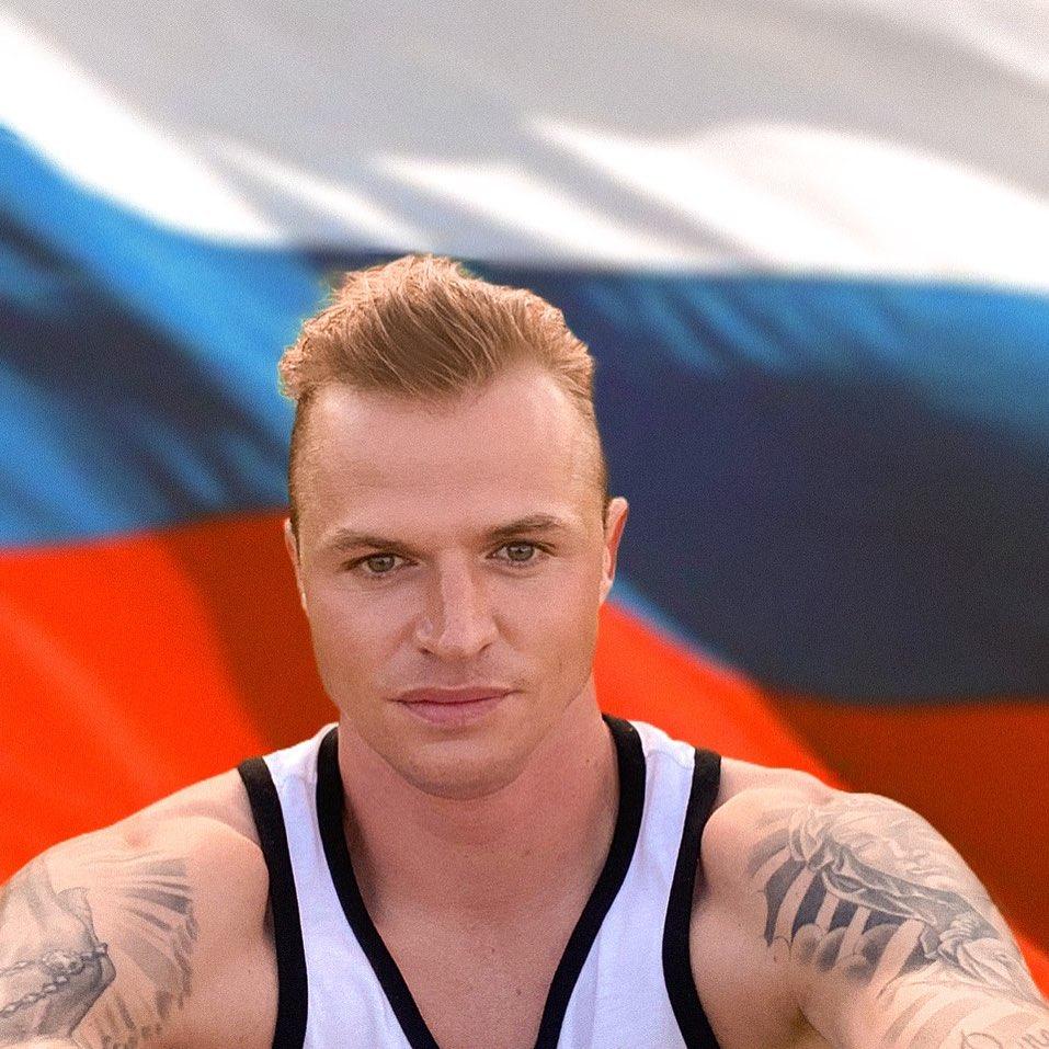 Дмитрий Тарасов выложил фотографию с флагом России