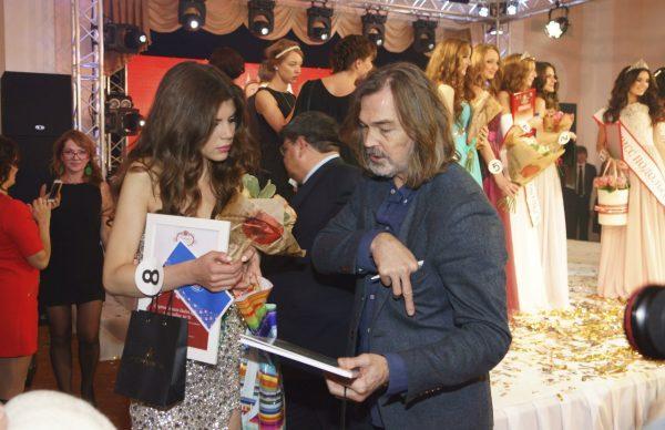 Никас Сафроонов на конкурсе красоты