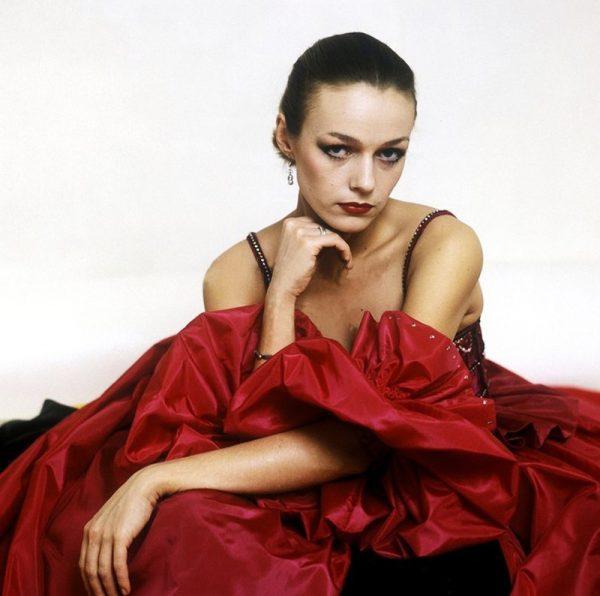 Наталья Андрейченко в шикарном красном платье позирует на фотокамеру