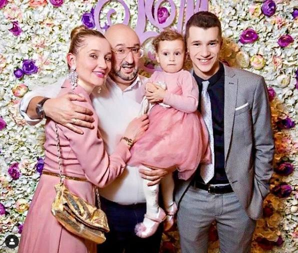 Арам Ананян с женой и детьми