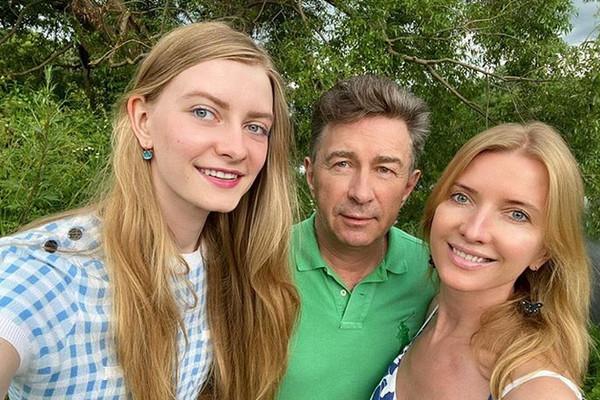 Сюткин с женой и дочкой