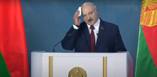 Александр Лукашенко постоянно кашлял и вытирал пот с лица