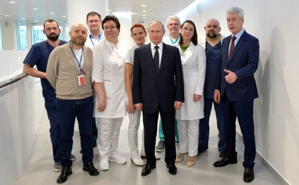 Путин и Собянин с медиками