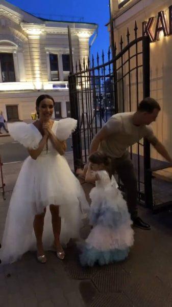 Симона не отходила от мамы, свадьба Юлии Зиминой