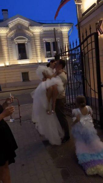 Жених носит Юлию на руках, свадьба Юлии Зиминой