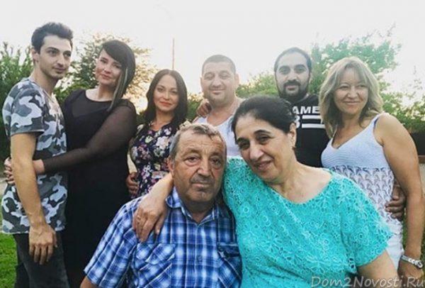Саша Черно и Иосиф Оганесян с родственниками