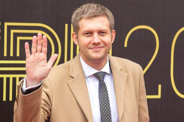 Борис Корчевников в костюме приветствует зрителей