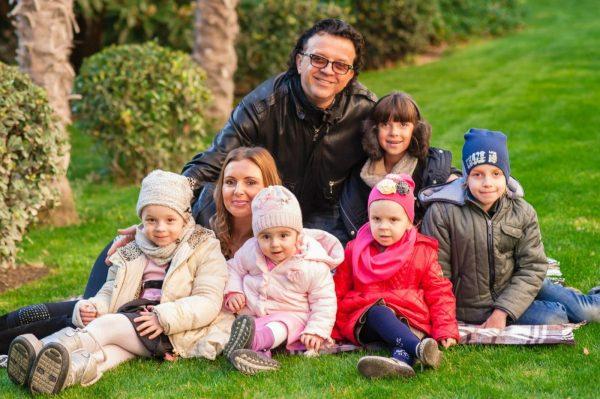 Рома Жуков с Еленой и детьми