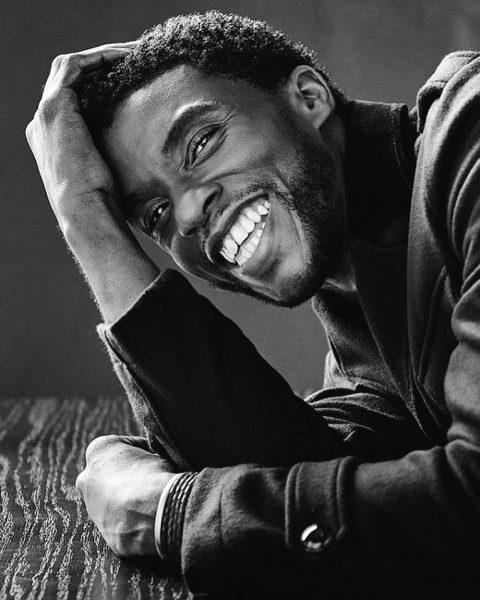 Черно-белая фотография улыбающегося Чедвика Боузмана