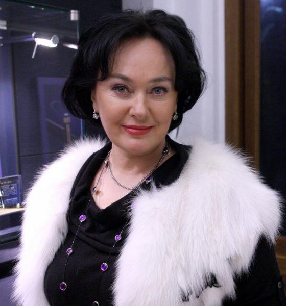 Лариса Гузеева в одежде с белым мехом улыбается