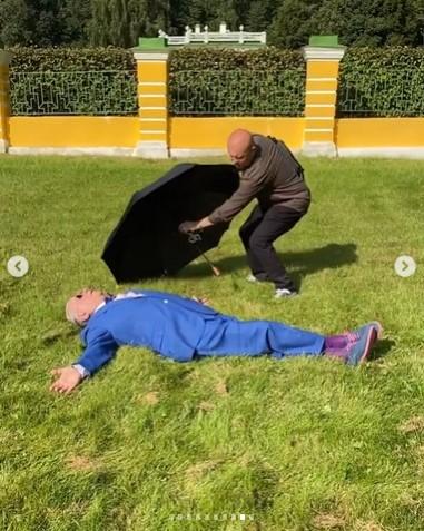 Петросян прыгает с зонтиком