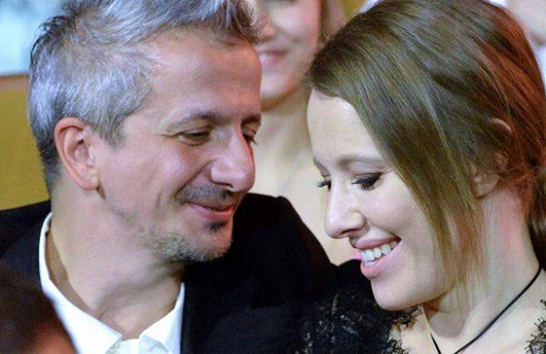 Константин Богомолов смотрит на Ксению Собчак