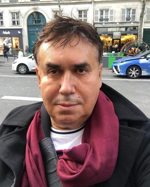 Стас Садальский на улице в черном пальто и с розовым шарфом
